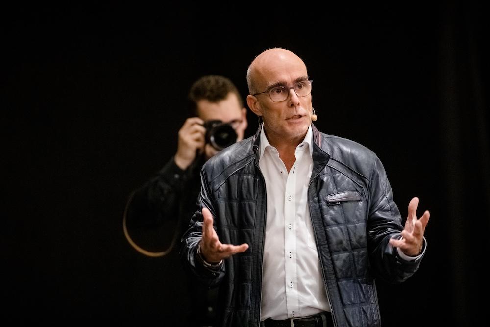 Bild: Bob Beredsam mit seinem Vortrag Die Preise hängen im Schrank.